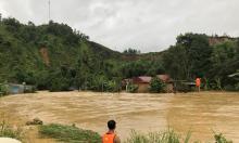 Cảnh sát đu dây giải cứu sáu người mắc kẹt trong nước lũ