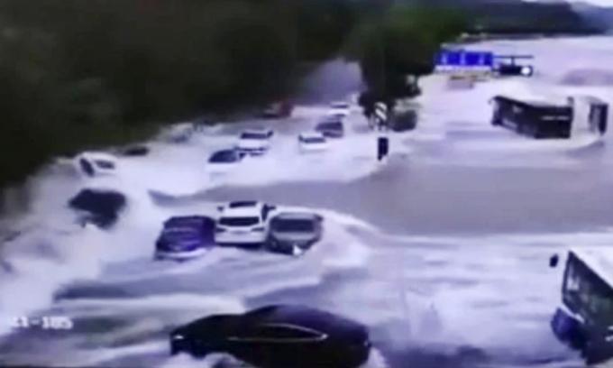 Nước sông Tiền Đường cuốn phăng ôtô