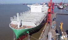 Siêu tàu container cao bằng tòa nhà 22 tầng xuất xưởng