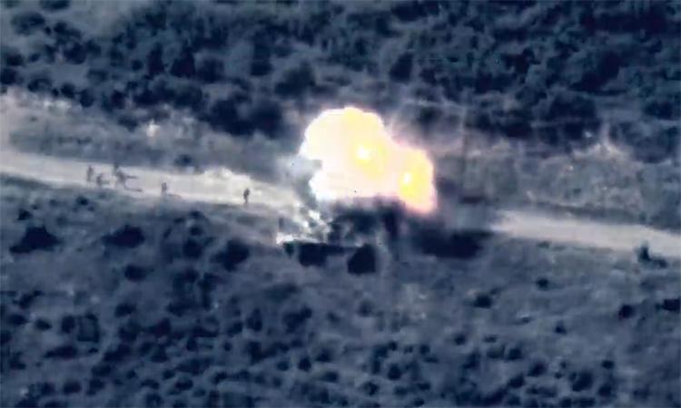 Lính Armenia thoát chết khi đứng cạnh xe tăng trúng tên lửa