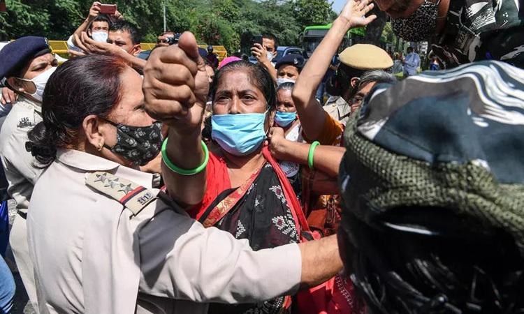 Cô gái Ấn Độ chết sau khi bị cưỡng hiếp tập thể