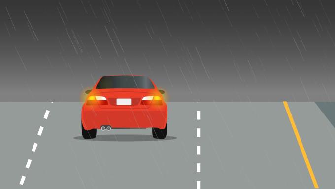 Những quy tắc sống còn khi lái xe trời mưa bão