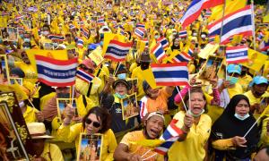 Hàng chục nghìn người Thái tuần hành ủng hộ hoàng gia