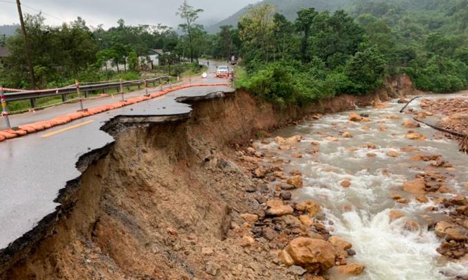 Hàng loạt tuyến đường sạt lở do mưa lũ