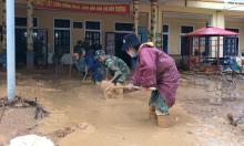 Bùn đất ngập sâu 1,2 m ở xã bị cô lập
