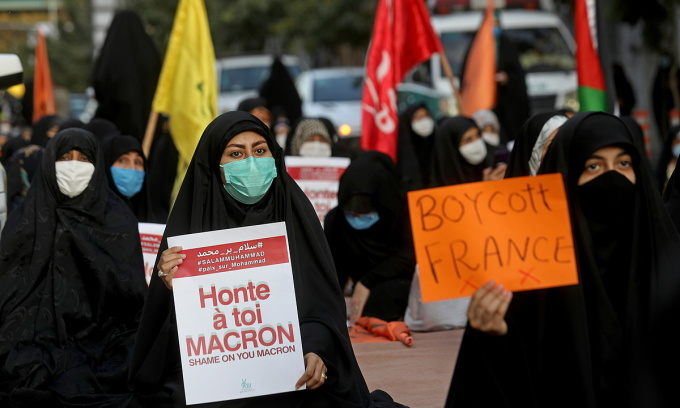 Người Iran biểu tình bên ngoài sứ quán Pháp