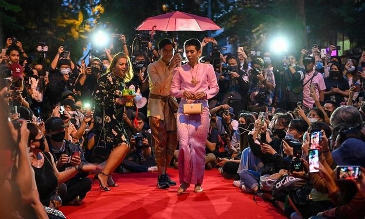 Người biểu tình Thái chỉ trích hoàng gia hoang phí