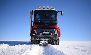 Xe buýt chạy 60 km/h trên tuyết như 'chiến mã'