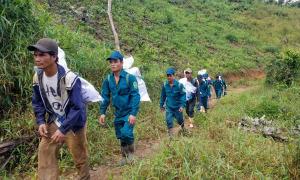500 người băng rừng cõng gạo về làng
