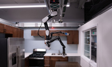 Robot giúp việc treo ngược trên trần nhà
