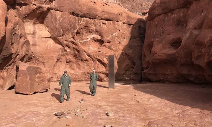 Cột kim loại giữa sa mạc Mỹ biến mất