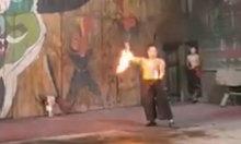 Diễn viên xiếc cháy quần khi múa lửa