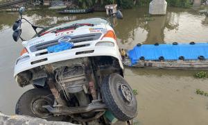 Xe tải chở 15 tấn lúa gây sập cầu ở Tiền Giang