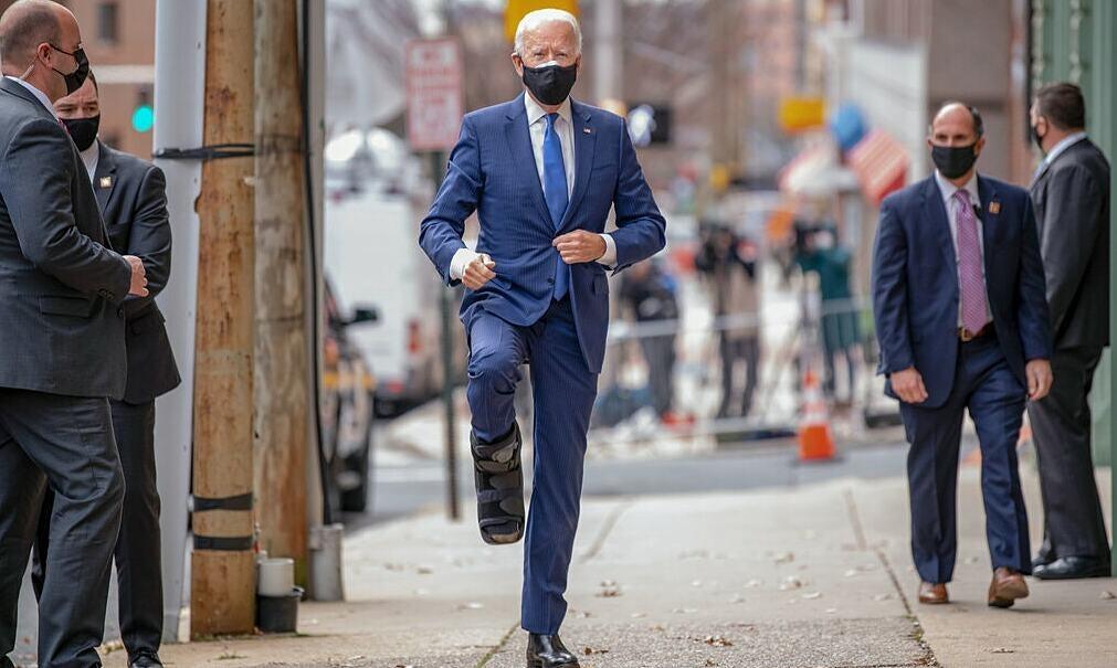 Biden khoe giày nẹp sau khi bị rạn xương
