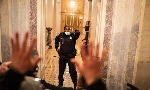 Cảnh sát được ca ngợi vì cản đám đông ở quốc hội