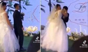 Chú rể hốt hoảng khi bị phù dâu cưỡng hôn