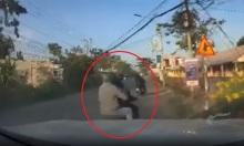 Tài xế ôtô truy đuổi, húc ngã hai tên cướp