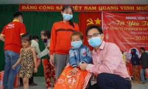 Trẻ em, người già, hộ nghèo Bình Thuận nhận quà Tết