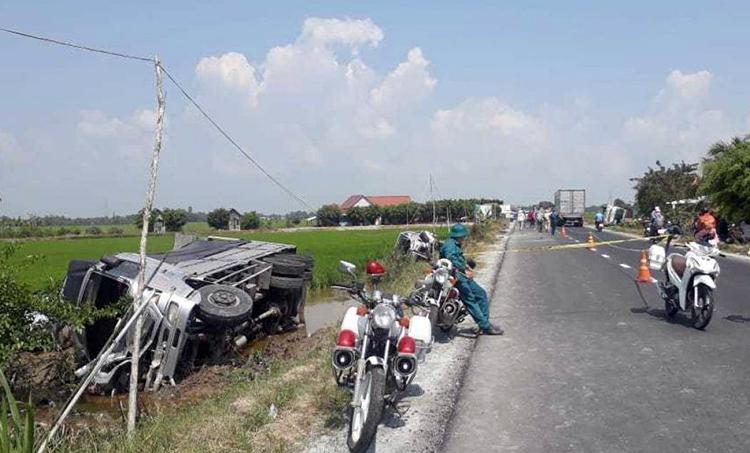 Xe tải tông ôtô đi lễ chùa, một người chết