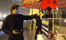 Người dân góp tiền cùng ông Đoàn Ngọc Hải hỗ trợ người nghèo