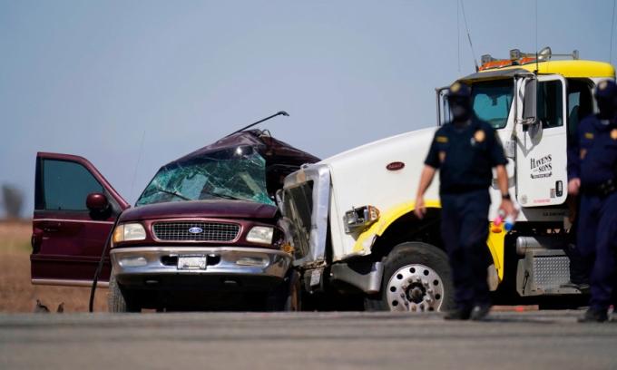 Xe SUV chở 25 người bị đâm, 13 người chết