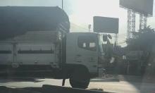 Xe tải leo qua dải phân cách tránh tắc đường
