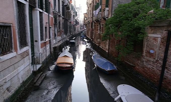 Triều rút mạnh khiến kênh đào Venice cạn trơ đáy