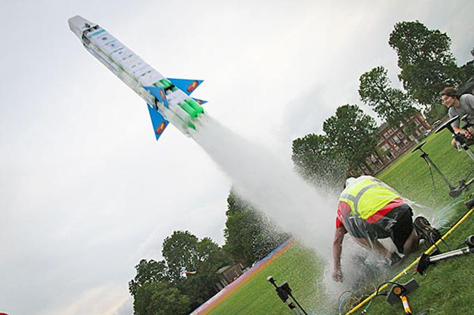 Pha thêm muối tên lửa nước có bay cao hơn không?