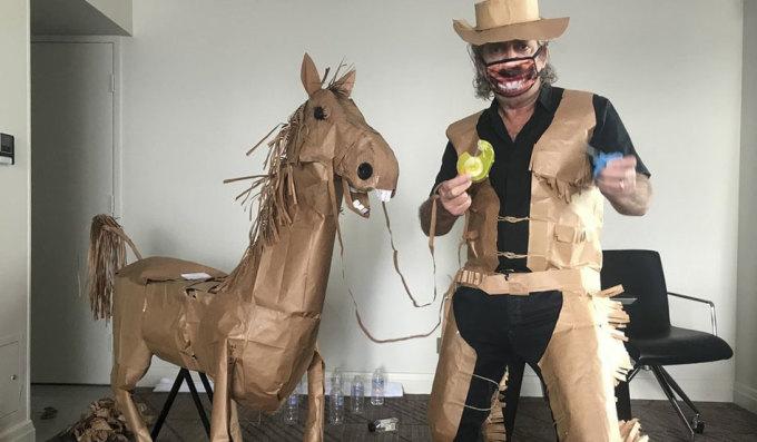 'Cao bồi' cuồng chân cưỡi ngựa giấy