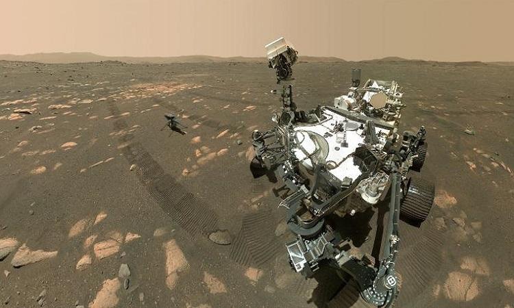 Robot NASA 'tự sướng' cùng trực thăng trên sao Hỏa