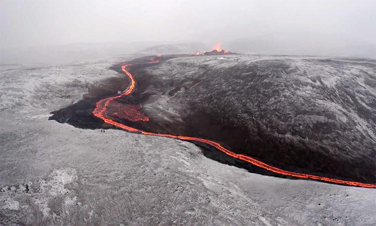 Núi lửa phun trào dung nham dài hàng trăm mét