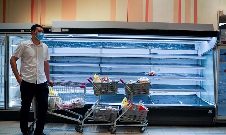 Dân Phnom Penh 'càn quét' siêu thị trước giờ phong tỏa