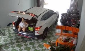 Vợ chui vào cốp xe trêu chồng