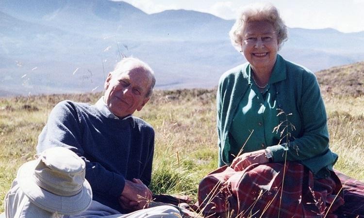 Nữ hoàng Anh chia sẻ ảnh hạnh phúc bên Hoàng thân Philip