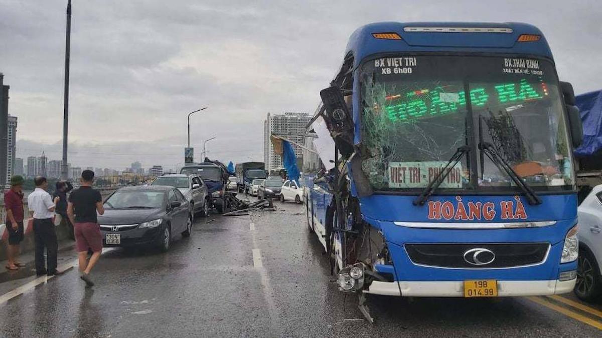 Cầu Thăng Long ùn tắc hơn 4 km do tai nạn liên hoàn