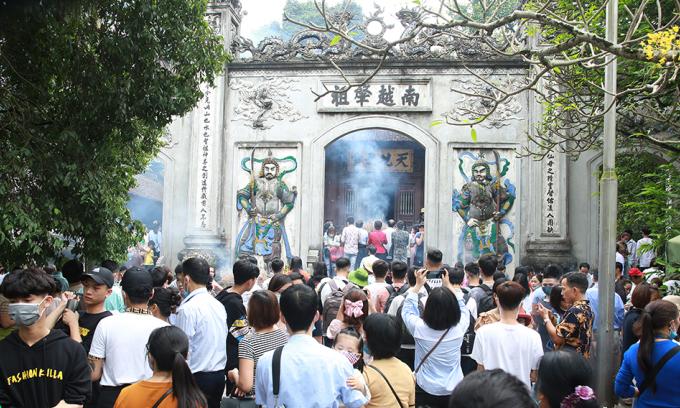 Hơn 30.000 du khách đổ về đền Hùng