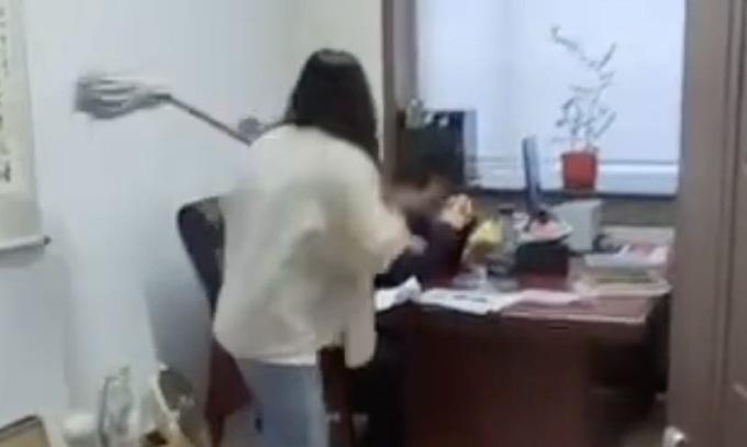 Cầm chổi đánh sếp vì bị quấy rối
