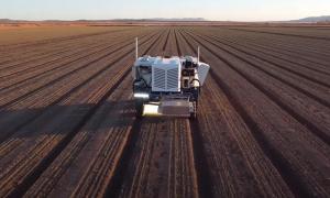 Cỗ máy dùng laser diệt 100.000 cây cỏ mỗi giờ