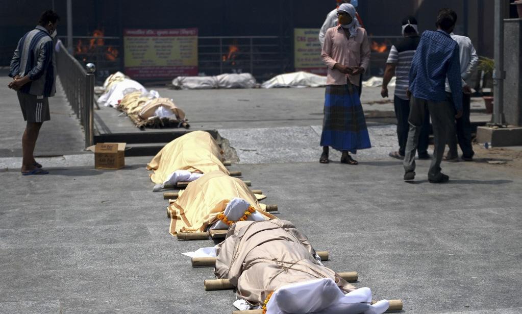 Hàng chục thi thể nghi nạn nhân Covid-19 dạt vào bờ sông