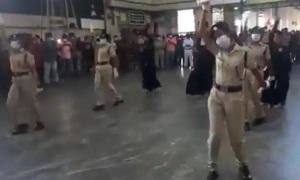 Cảnh sát nhảy giữa nhà ga kêu gọi chống Covid-19