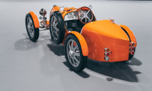 Bugatti mui trần chở khách VIP ở sân bay