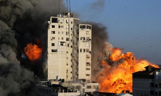 Loạt tên lửa Israel san phẳng tòa nhà 14 tầng