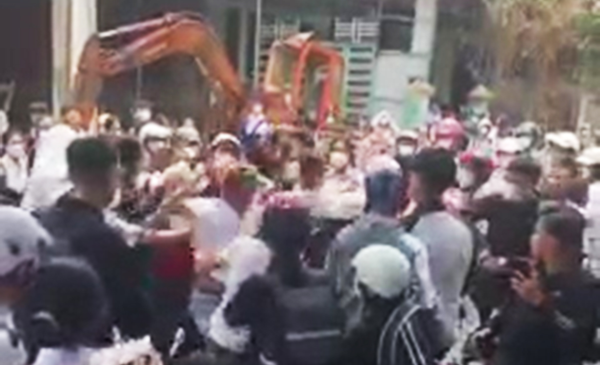 Học sinh đánh nhau náo loạn cổng trường