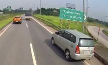 Nữ tài xế lái ôtô đi lùi trên cao tốc