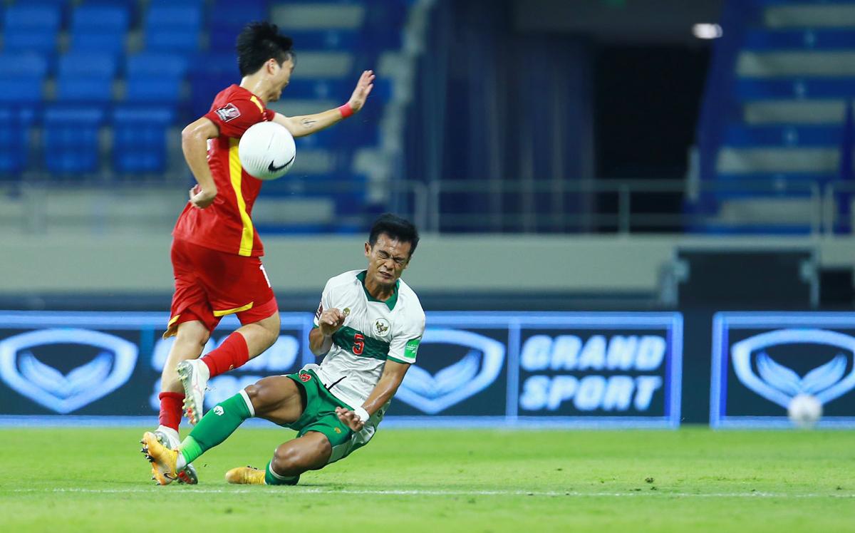 Cầu thủ Indonesia đạp tung người Tuấn Anh - VnExpress
