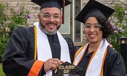 Hai bố con cùng tốt nghiệp đại học