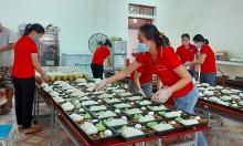 Giáo viên mầm non tình nguyện nấu ăn cho khu cách ly