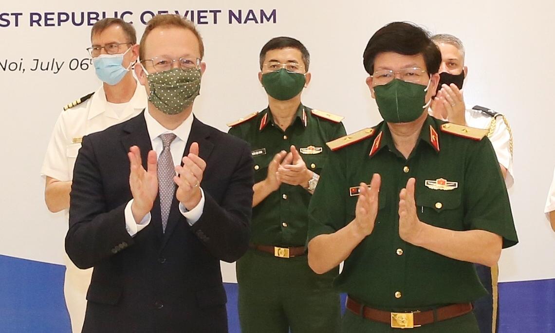 Mỹ tặng thiết bị xét nghiệm Covid-19 cho Việt Nam