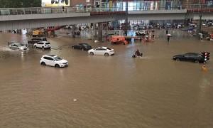 Mưa lũ nhấn chìm đường phố Trung Quốc