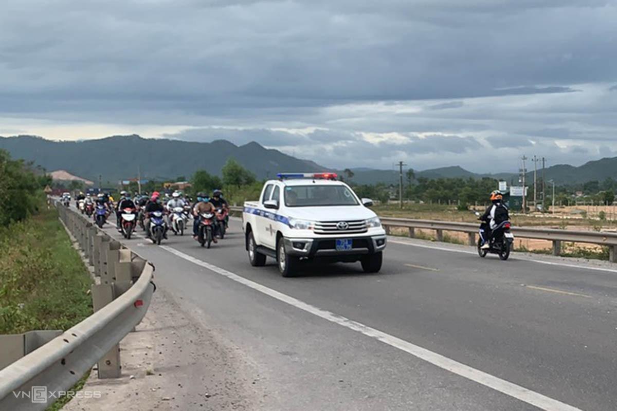 Người miền Trung chạy xe máy hơn nghìn km từ TP HCM về quê